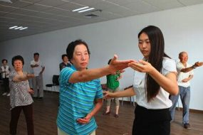 Cours clinique de Taiji Quan, pour des patiens atteint de Parkinson. Hôpital Yāntái shān. Ville de Yantai